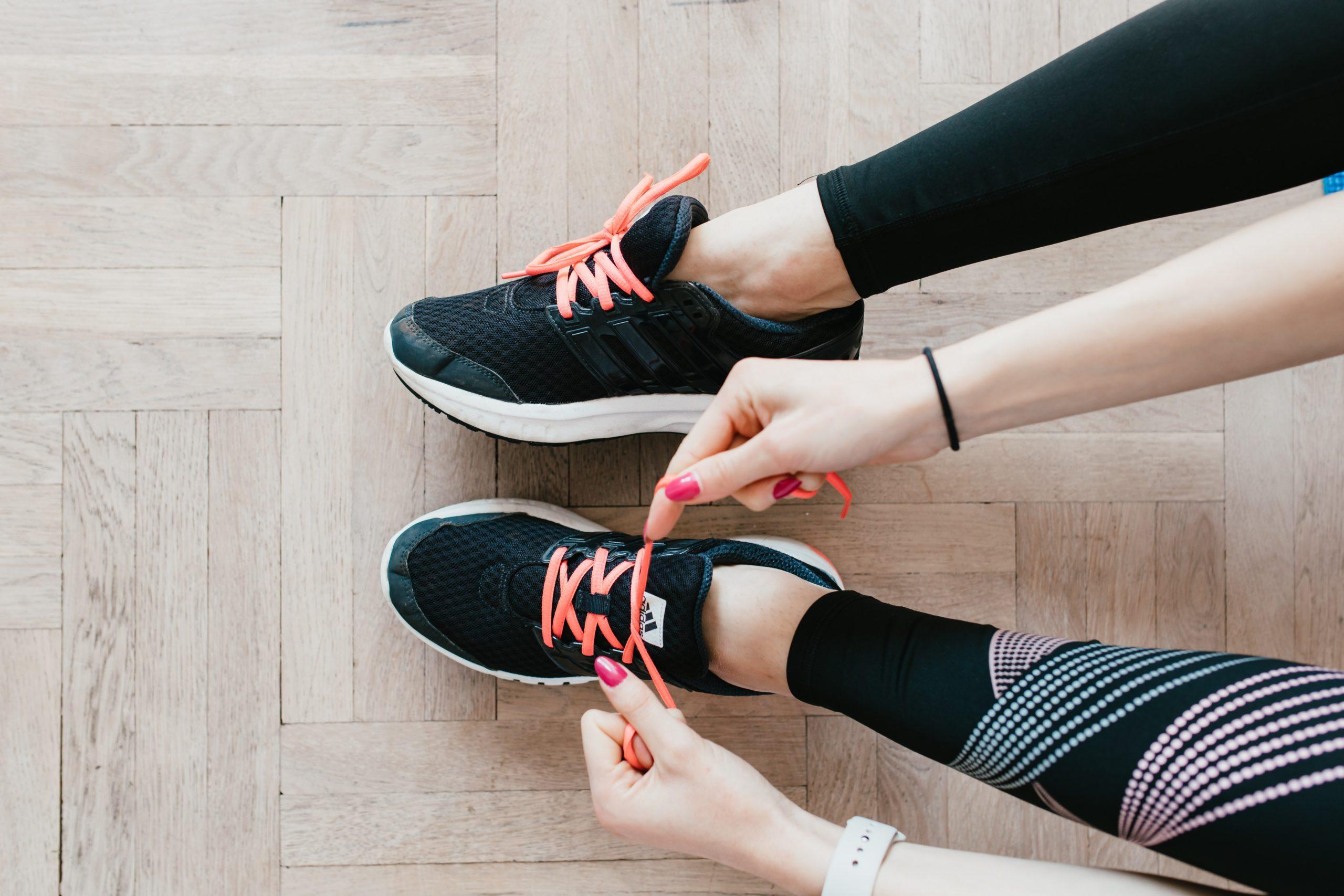Завязывает кроссовки